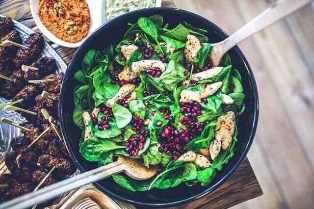 Eine negative Kalorienbilanz unterstützt Muskeln zu definieren