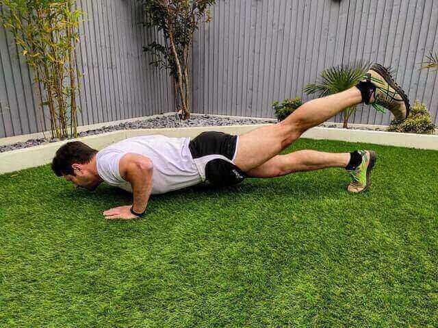 Einbeiniger Push-up für den Muskelaufbau