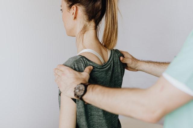 Die Muskulatur ist nach einem Oberarmbruch geschwächt