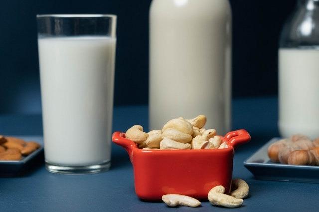 Milch und Nüsse für Kalzium nach dem Sport